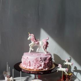 Торт с фигуркой единорога