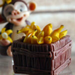 фигурка обезьяны с бананами